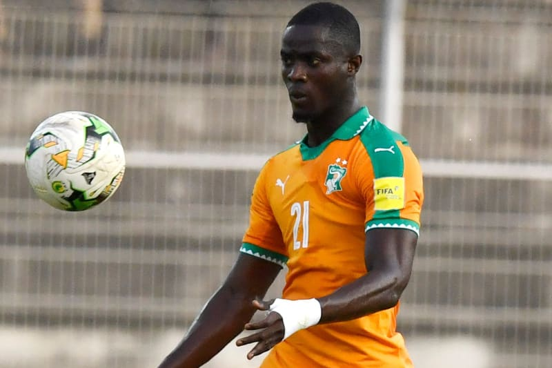 Ivory Coast's Eric Bailly controls the ball during the FIFA 2018 World Cup qualification football match between Ivory Coast and Gabon at The Stade la Paix in Bouaké on September 5, 2017. / AFP PHOTO / ISSOUF SANOGO