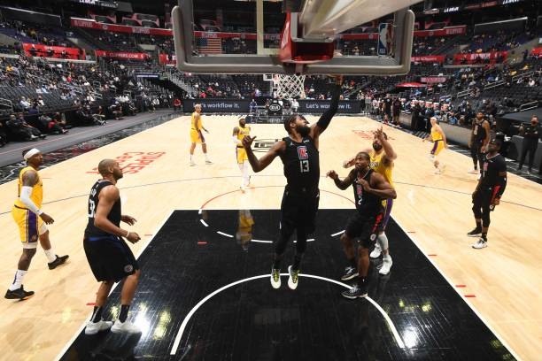 <p>Anthony Davis Suffers Back Injury as Lakers' Slide Continues in Loss to Clippers thumbnail