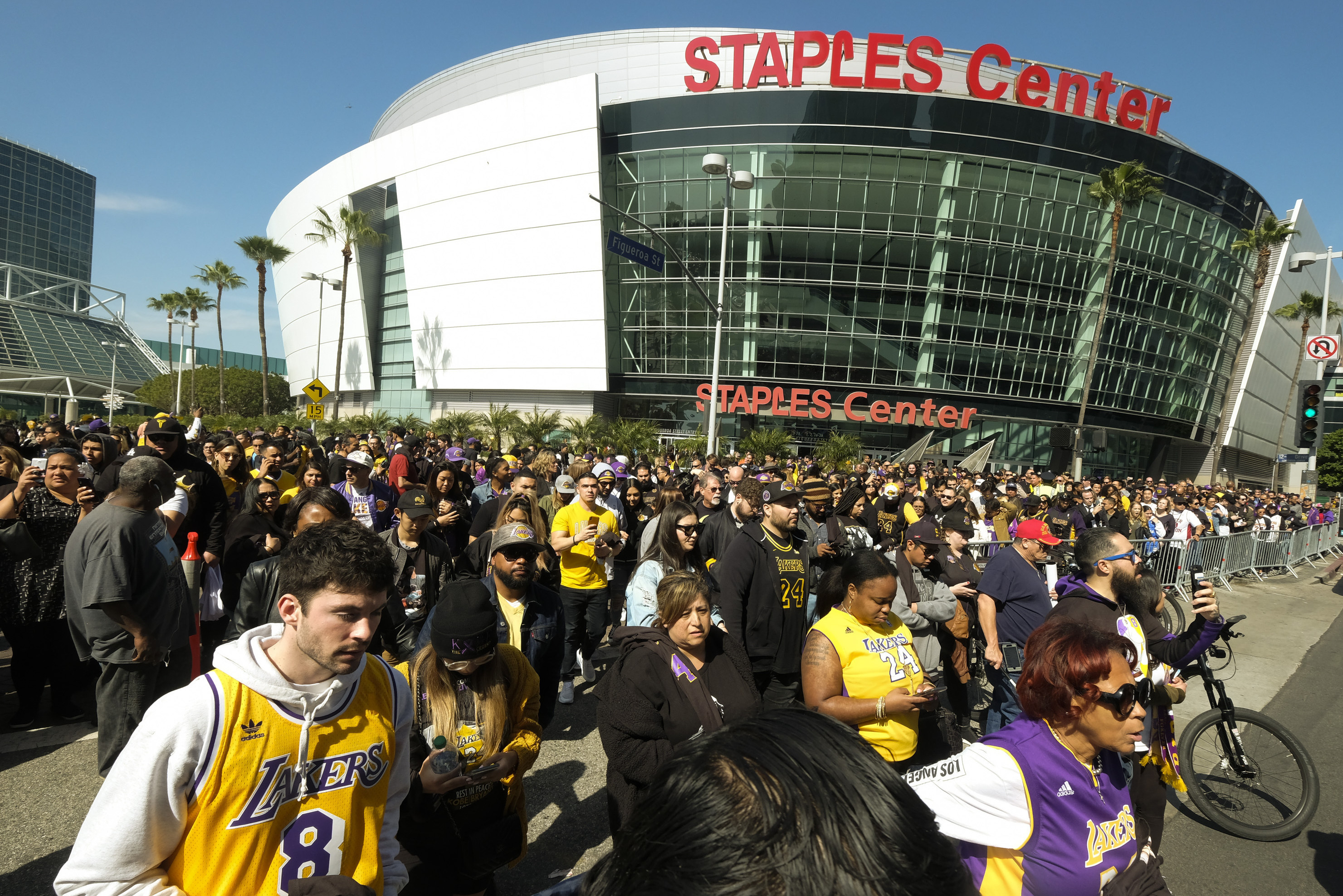 Lakers, Clippers Announce Fans Will Return to Staples Center Beginning April 15 thumbnail